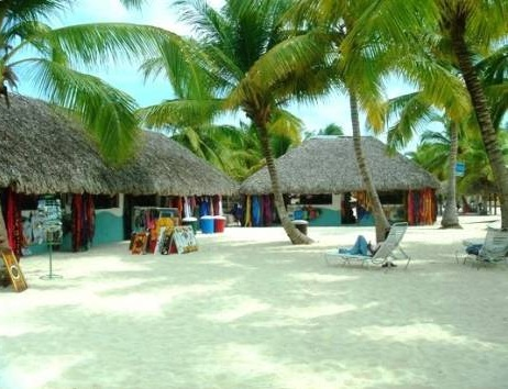 Artisan-presentations-on-our-Saona-Tour